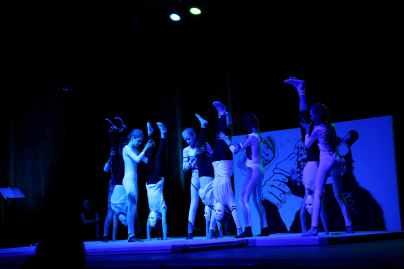 12 die Akrobatik Mädchen stehen Kopf