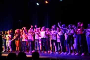 13 Chor mit Born this way von Lady Gaga wave your hands