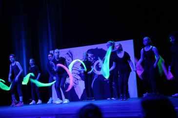 14 die Mädchen der Tanz AG mit Believe und wehenden Tüchern