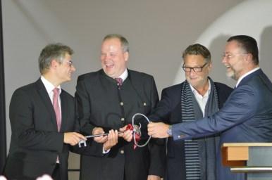 Landrat Göbel, Bürgermeister Dr. Greulich und Architekt Felix übergeben den Schlüssel zur Schule an Direktor Martini