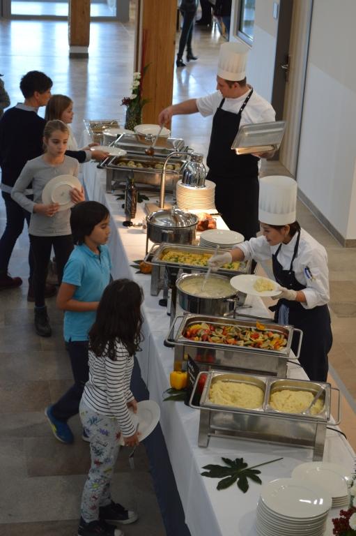 Auch Klassensprecher und Solisten bedienen sich am hervorragenden Buffet