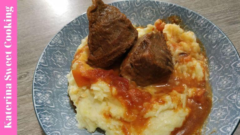 Μοσχαράκι κοκκινιστό με βελούδινο, σπιτικό πουρέ πατάτας
