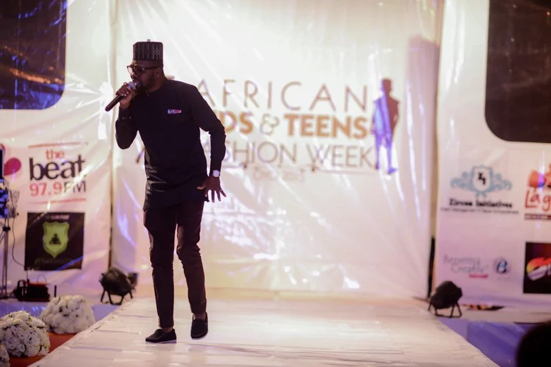 Nigerian finest soul-singer Kent Oxygen thrilling the audiences with of his popular tunes