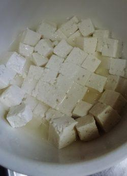 豆腐を塩水に漬ける