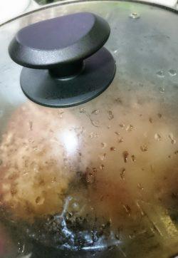 ハンバーグをフタして焼く