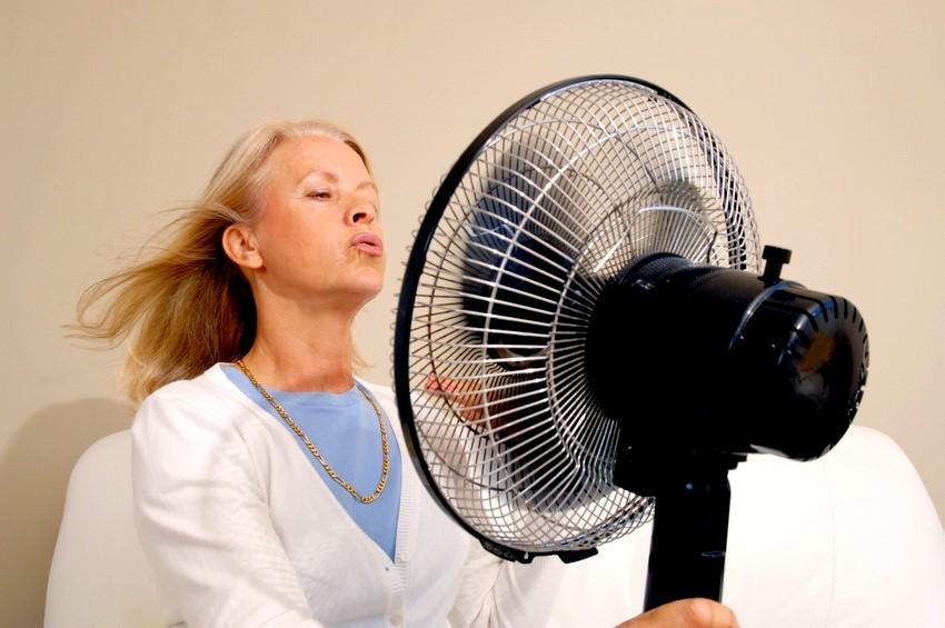 Почему бросает в жар без температуры. Почему бросает в жар Бросает в жар то в холод причины