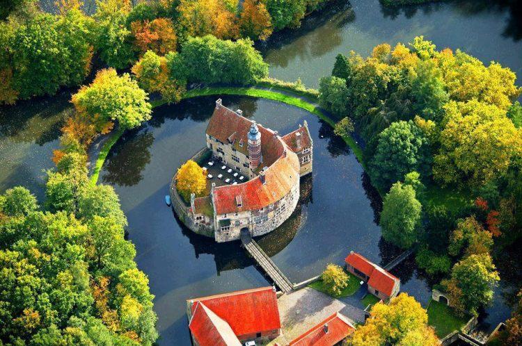 Vischering Castle, or Burg Vischering, a perfect medieval moated castle, in Ludinghausen, Germany.