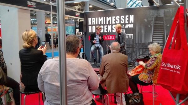 Claus Lohman bliver interviewet af Thomas Behrmann på Krimimessens stand, Bogforum 2018
