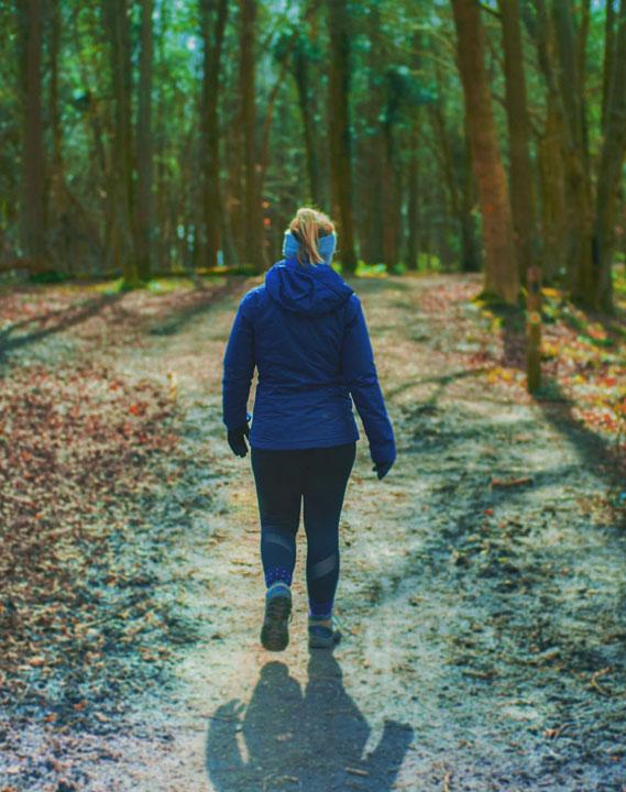 Kuntoutuminen metsäpolku ja ihminen