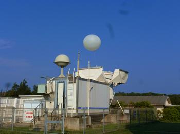 観測気球打ち上げ