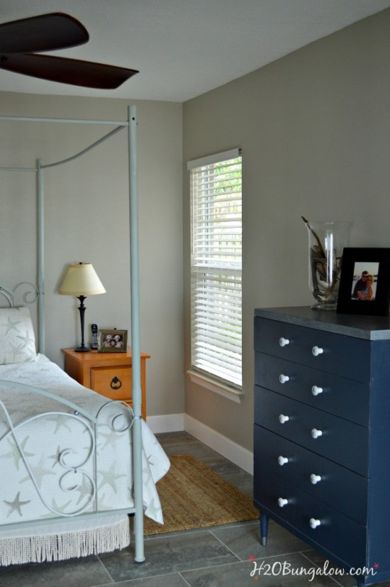 Paint-an-iron-or-metal-bed-frame-tutorial-by-H2OBungalow