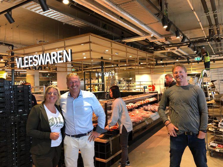 Familie Vos in hun vernieuwde supermarkt aan de Spoorwegstraat. Masha Vos (Links)