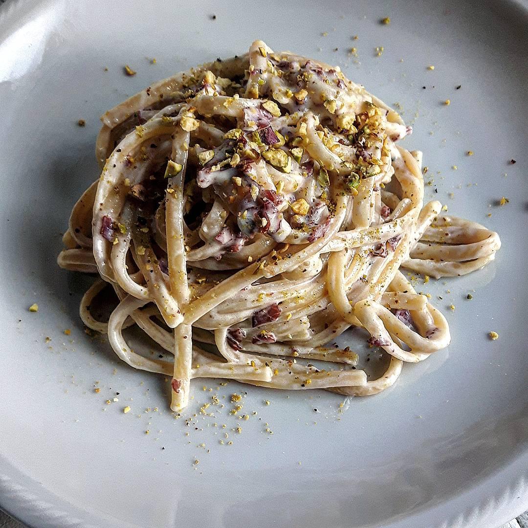 Linguine con crema di pecorino, speck e granella di pistacchio