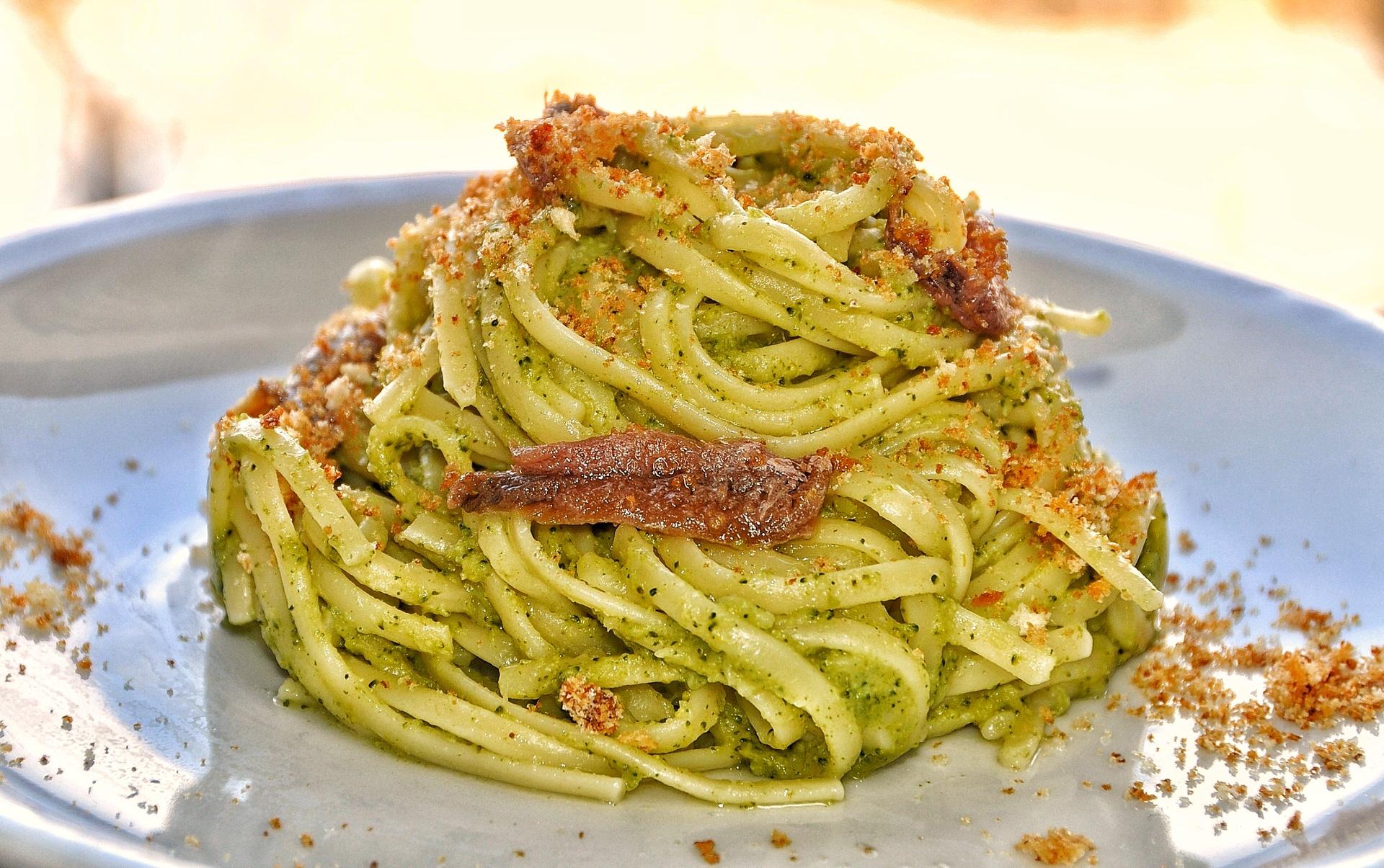 Linguine con crema di broccoli e alici, mollica tostata