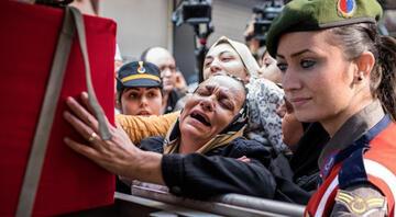 Şehit Üstçavuş Esma Çevikin cenazesi evinin önüne getirildi