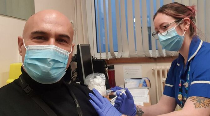 Dr. Turhan Çömez İngiltere'de aşılanan ilk Türk oldu