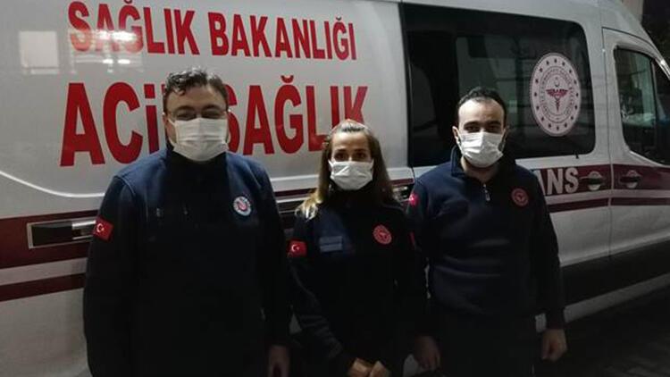 Sağlık çalışanı gönülleri fethetti! Beline kadar suda hastasına ulaştı