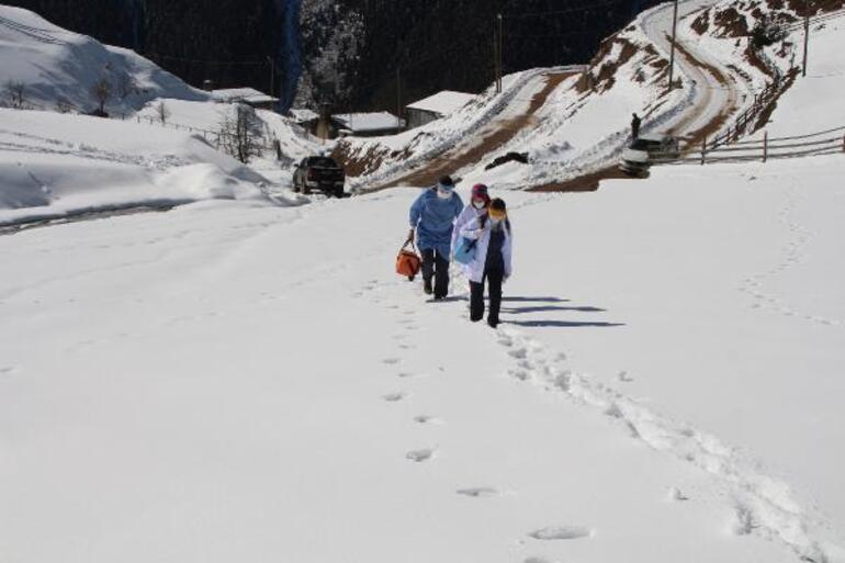 Sağlıkçıların karla kaplı yollarda aşı mesaisi sürüyor