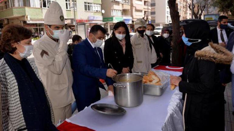 Hatay'da vatandaşlara Çanakkale şehitlerinin bir öğünlük menüsü ikram edildi