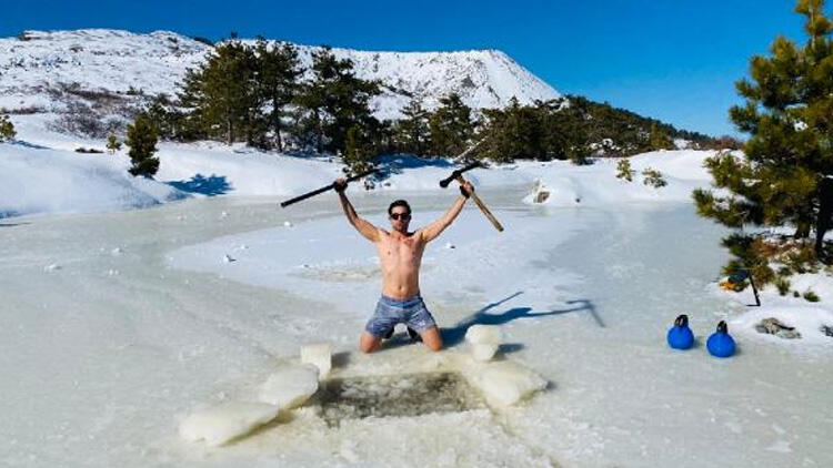 Amanoslar'da buzlu suda yüzüp, karla kaplı alanlarda koşuyor