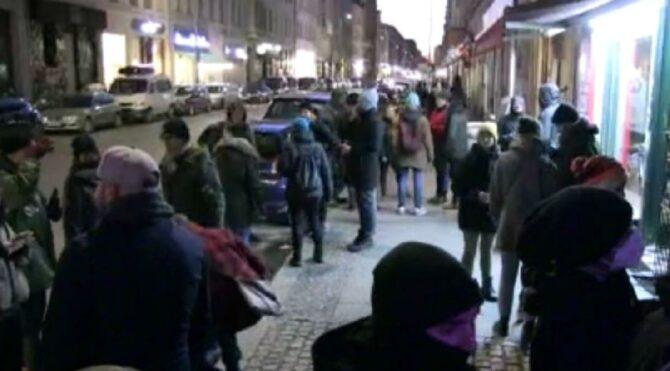 Berlin'de kafelerden ışıklı ve müzikli eylem