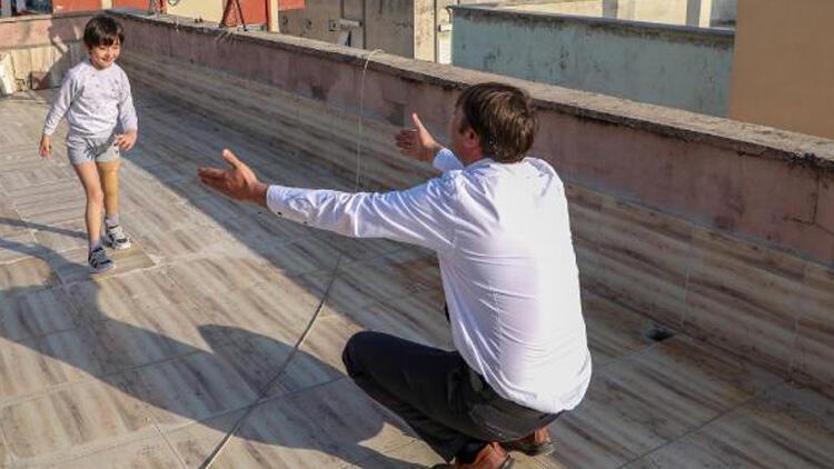 Özge, yeni proteziyle yürümek için kısıtlamada çatıda çalışıyor