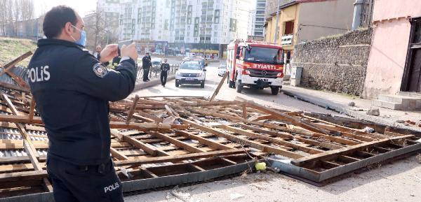 Erzurum'da fırtına, 2 katlı evin çatısını uçurdu