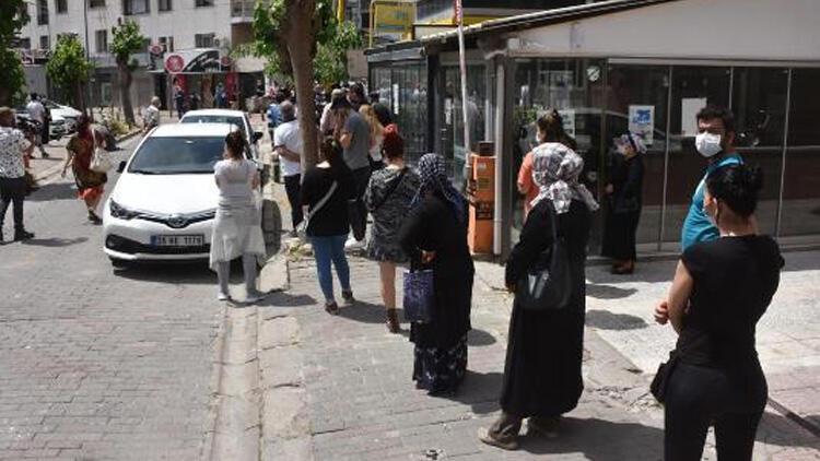Karşıyaka'da PTT önünde korkutan kuyruk!