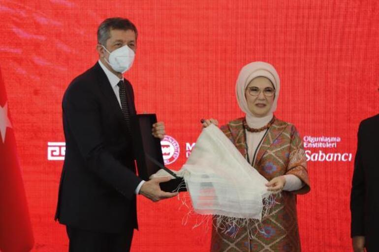 Türkiyenin ilk dokuma atlası sergisi açıldı...