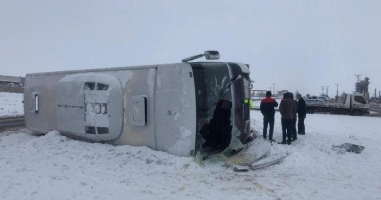 Diyarbakır'da işçi servisi karlı yolda devrildi: 11 işçi..