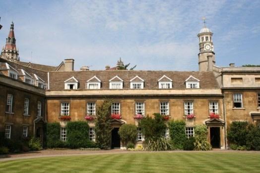 En una de estas habitaciones Charles Darwin pasó sus dos últimos años en Cambridge. Este edificio perteneció y pertenece todavía al Christ's College. Actualmente se usan como despachos para los profesores de dicha universidad.