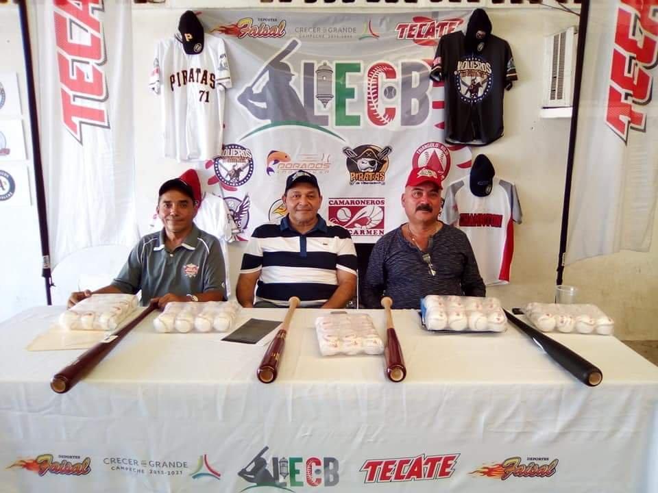 Presentan uniformes equipos de liga campechana de béisbol