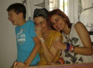 Alba con su madre y su hermano después del trasplante