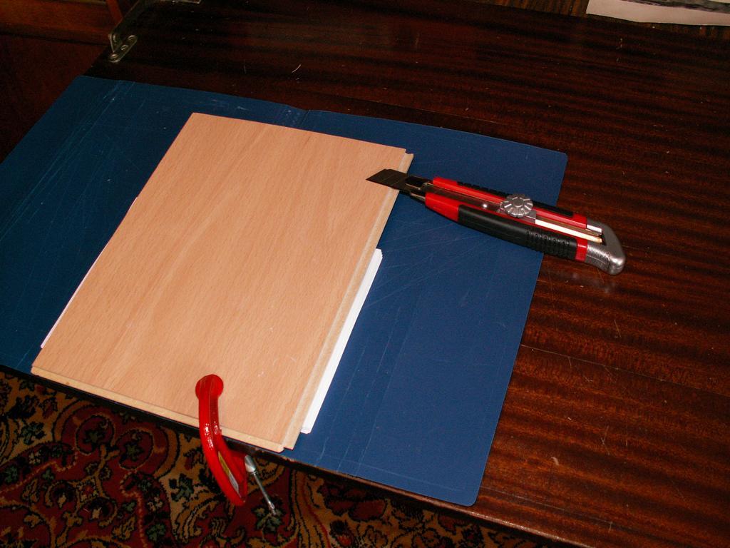 接下来我们粘在摩托里。如果我们使用通常的办公纸来打印,那么对于伪造,必须使用130g / m2来使用密集。浮子将结合绑定和书籍块。