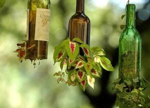 macetas colgantes hechas con botelllas de vidrio