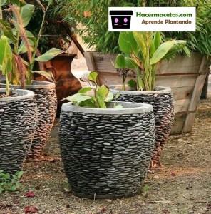 macetas de cemento decoradas con piedreas.