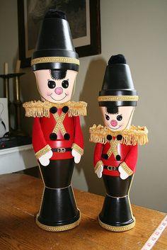 macetas decoradas como cascanueses clasicos de traje rojo con negro.