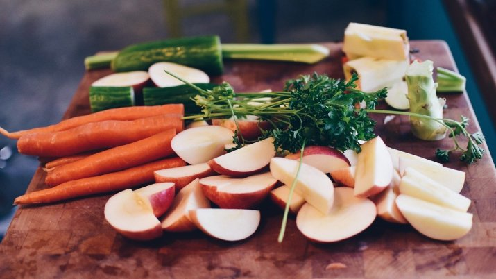 Platter of apple slices, parsely, carrots, and other foods