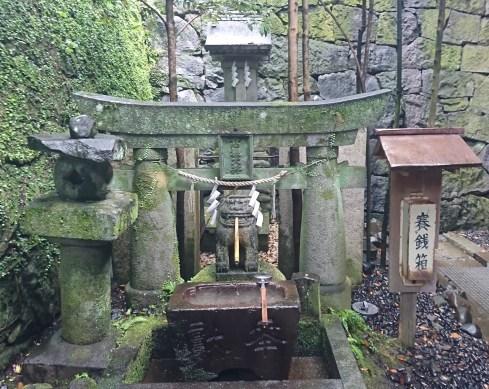 長崎諏訪神社の高麗犬の井戸でお金を洗うと増えると言われている
