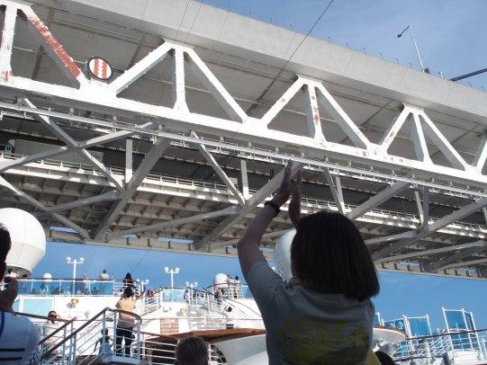 クルーズ船日本発着の旅で横浜港を出港するところ
