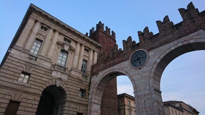 イタリア・ヴェローナのブラ広場に続く門