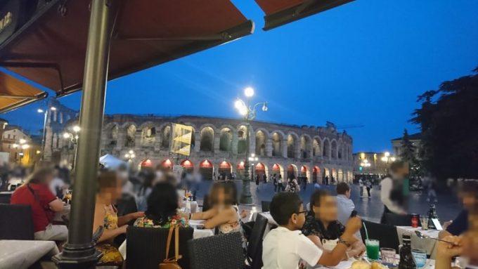 ブラ広場にあるアレーナが見えるカフェ