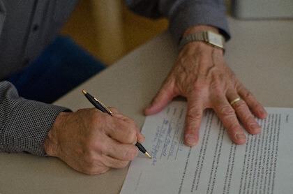 婚姻届の証人欄に記名捺印する男性