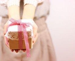 ヴァレンタインデーにチョコを渡す女の子