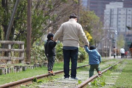 こどもの日に健やかな成長を願う父親と男の子2人