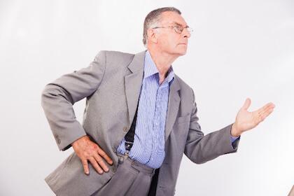 会社で朝礼のスピーチをする男性