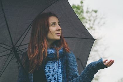梅雨のジメジメした時期を不快に感じている女性