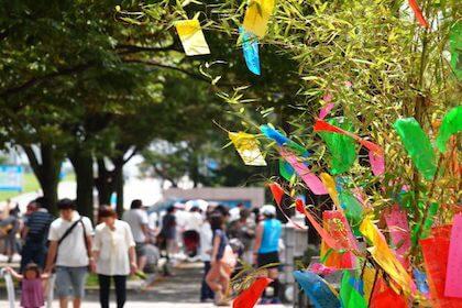 七夕イベントで短冊が飾られている道