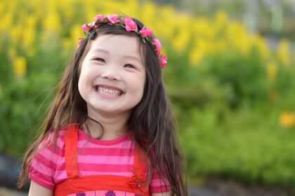 花で作った髪飾りをつけている笑顔の女の子