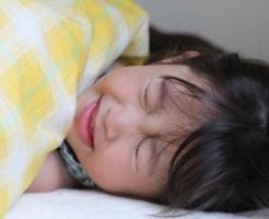 夏風邪の高熱で苦しむ小学生の女の子